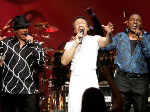 Maurice White flanked by singers Ralph Johnson (left) and Philip Bailey (right) of the band Earth, Wind & Fire perform at the Wiltern Theater December 11, 2004 in Los Angeles. (Carlo Allegri/Getty Images)